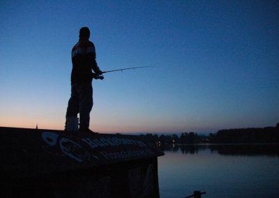 Mann angelt vom Floß