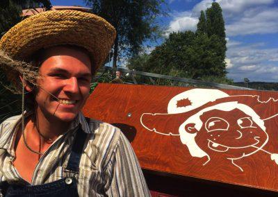 Mann im Huck Finn Kostüm