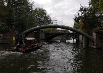 Floßfahrt durch Brücken